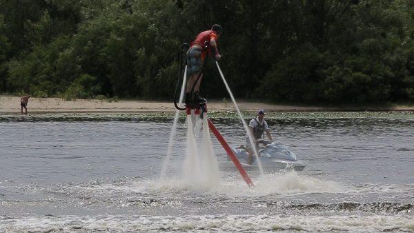 Полет над водой на флайборде