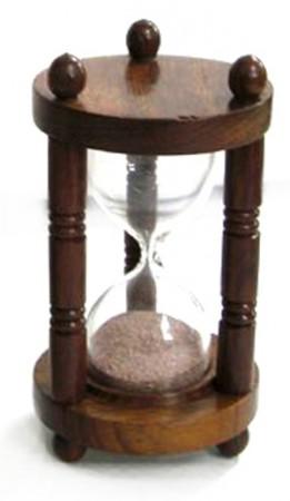 Сувенирные песочные часы в деревянной оправе