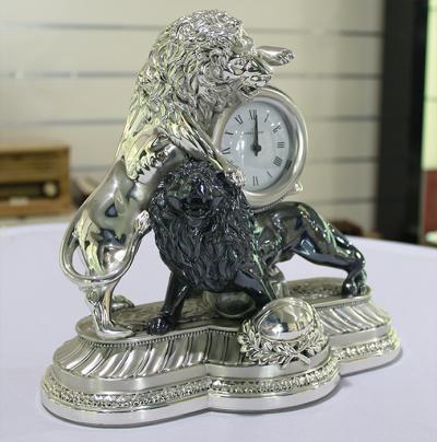 Часы настольные «Борющиеся львы» Linea Argenti