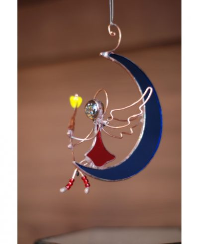 Ангел-оберег на луне