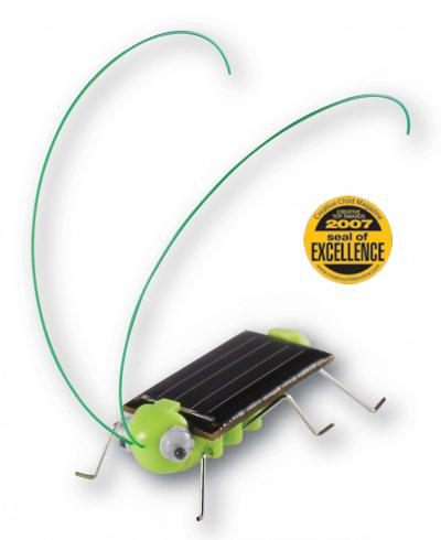 Испуганный кузнечик на солнечной батарейке