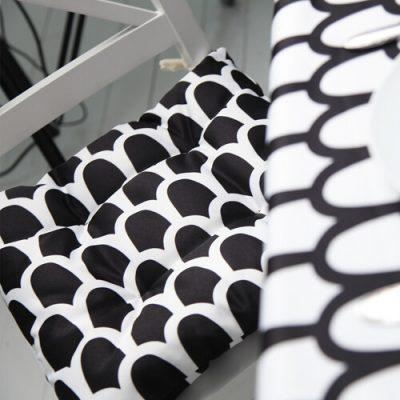 Подушка на стул с завязками «Чешуйчатый черно-белый узор»