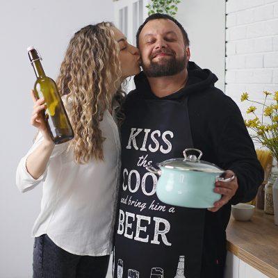 Фартук полноцветный Сolorful  «Kiss the cook and bring him a beer»