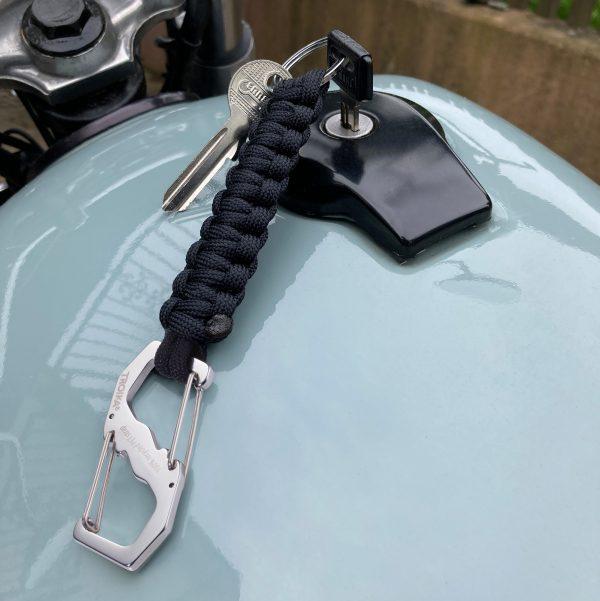 Брелок для ключей из вторичной петли с двойным зажимом